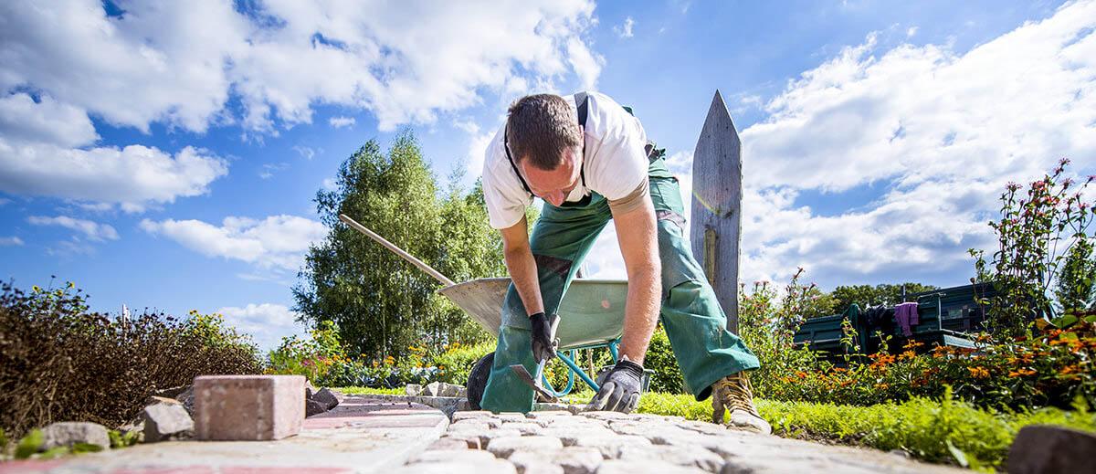 Mitarbeiter der EBER GmbH bei der Gartengestaltung