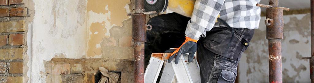 Handwerker entkernt Haus in Bruchsal